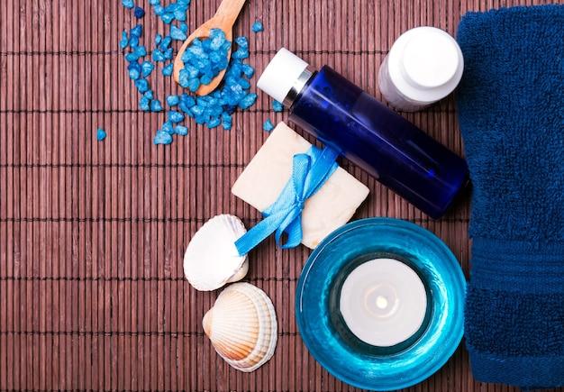 Spa natureza morta com acessórios azuis, vista de cima