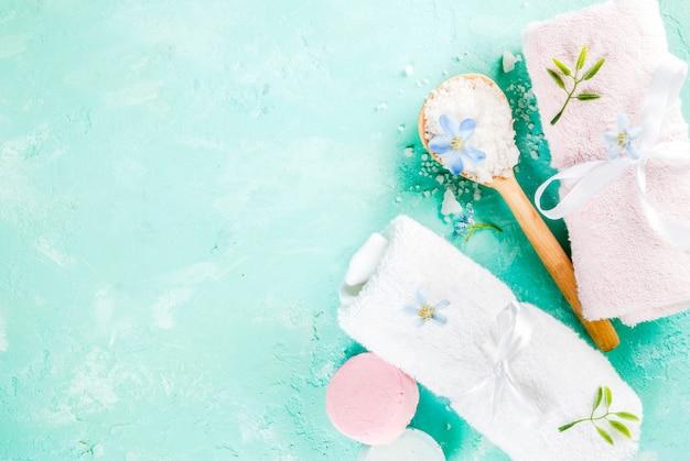 Spa relaxar e conceito de banho, sal marinho, sabão, com cosméticos e toalhas no banheiro