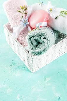 Spa relaxar e conceito de banho, sal marinho, sabão, com cosméticos e toalhas