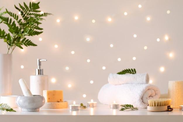 Spa situado em um cenário de luz bokeh. estilo de vida saudável. interior do banheiro ou do salão do spa. tratamento de bem-estar.
