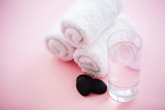 Spa. toalhas de algodão branco usar no banheiro spa em rosa. toalha. foto para hotéis e casas de massagem. pureza e suavidade. toalha têxtil