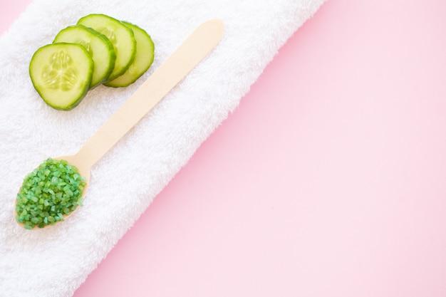 Spa. toalhas de corpo branco rolado. conceito de toalha. foto para hotéis e salões de massagem. pureza e suavidade. toalha de têxtil.