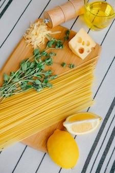 Spagghetti, orégano e limão foco seletivo em massas