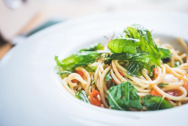 Spaghetti de camarão temperado e fritado no prato branco