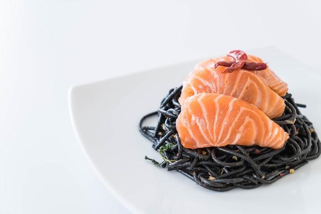 Spaghetti preto picante com salmão