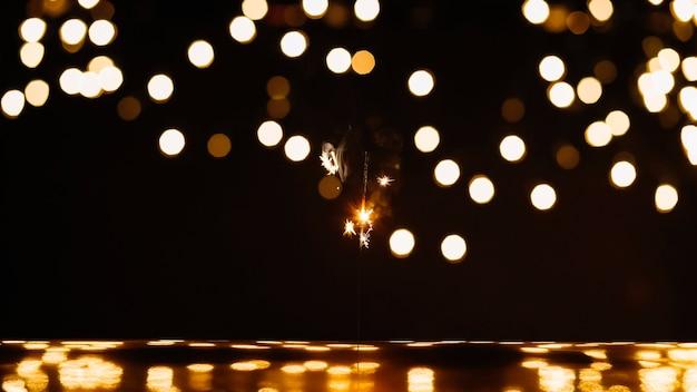 Sparkler e luzes abstratas no quarto escuro