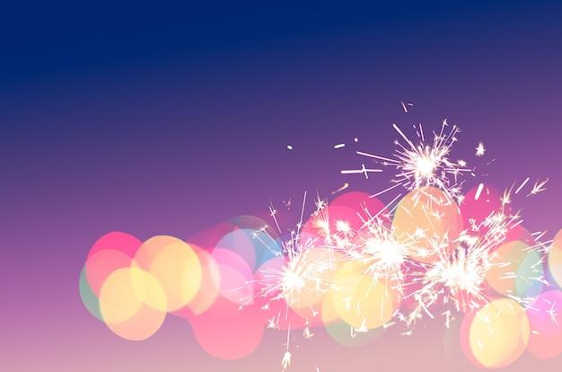 Sparkler luz bokeh colorido divertido fundo para festa especial, doce amor, feriado