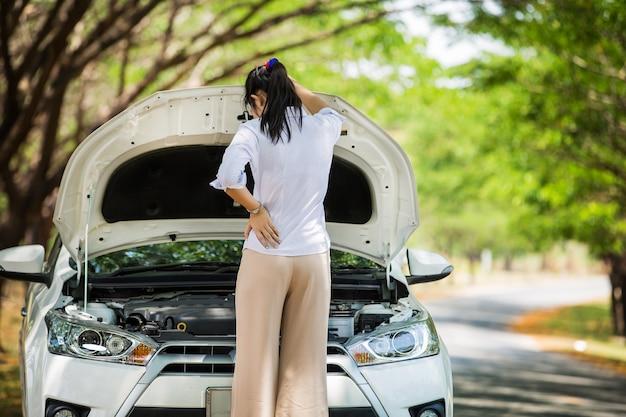 Spection das mulheres ela abriu o capô carro quebrado ao lado veja os motores que estão danificados ou não.