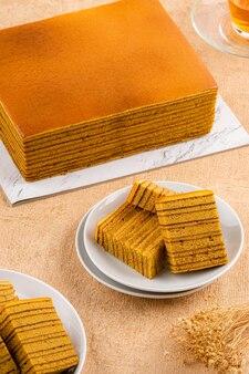 Spekkoek kue lapis legit ou spekuk em indonésio é um tipo de bolo de camadas indonésio