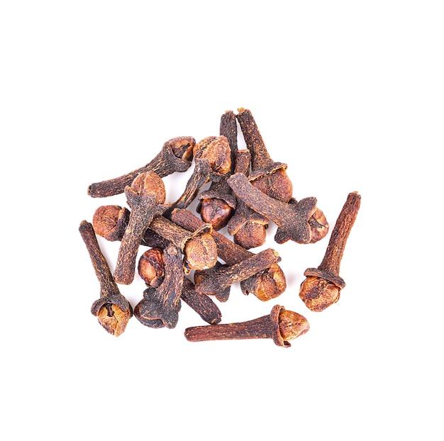 Spice cravo isolado no branco