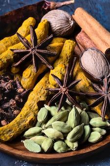 Spicein indiano de aquecimento seco na placa para refeição de inverno outono em close-up escuro.