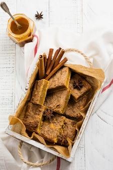 Spicy pumpkin cbars blondie squares com canela, anis e caramelo. sobremesa inglesa tradicional