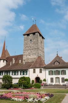 Spiez, suíça - 24 de junho de 2017: vista no castelo de spiez - museu vivo e parque, suíça, europa. é um patrimônio suíço de importância nacional