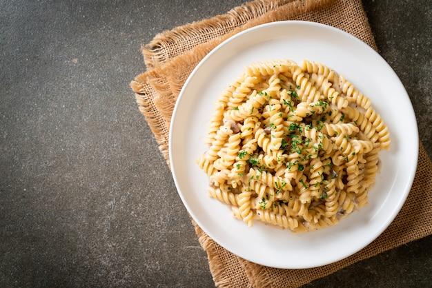 Spirali ou pasta espiralada, molho de creme de cogumelos com salsa - comida italiana
