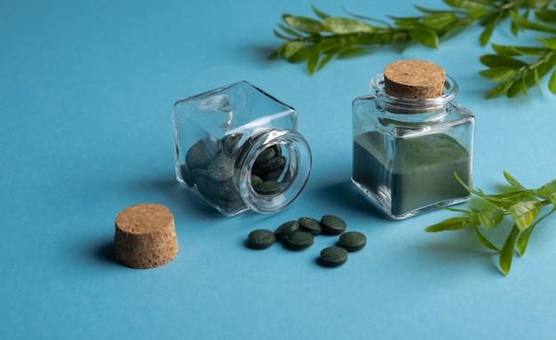 Spirulina algas em pó e comprimidos de chlorella