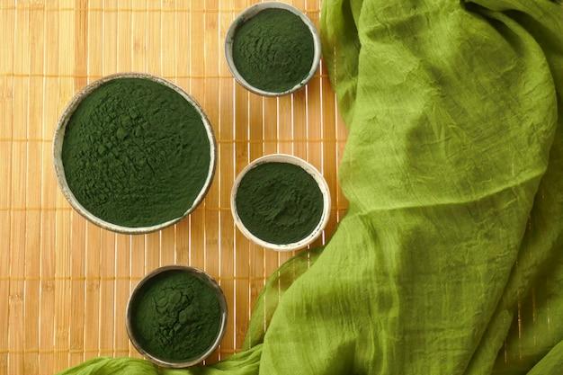 Spirulina algas, spirulina em pó em copos de cerâmica