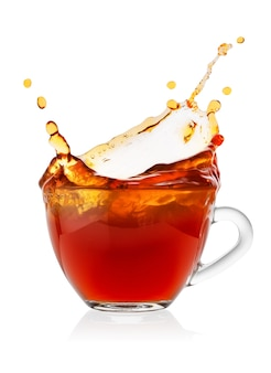 Splash em xícara de chá preto