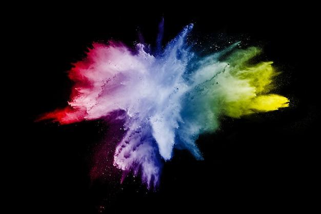 Splatter colorido abstrato do pó no fundo preto,
