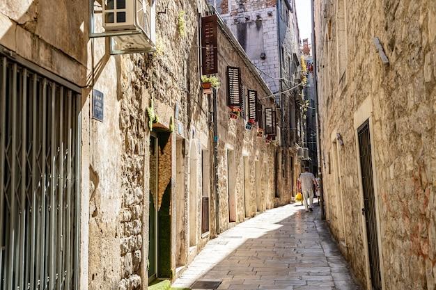 Split croácia vista das ruas estreitas da antiga cidade de split com arquitetura mediterrânea