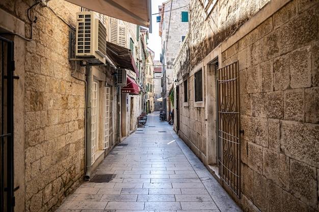 Split croácia vista das ruas estreitas da antiga cidade de split com arquitetura mediterrânea Foto Premium