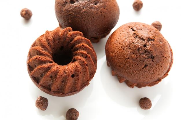 Spongecake de chocolate ou muffin em fundo branco