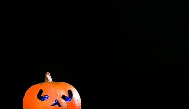 Spooky jack-o-lantern iluminando com luz azul dentro