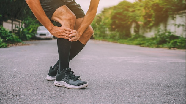 Sport runner homem dor no joelho não pode executar fotos design banner