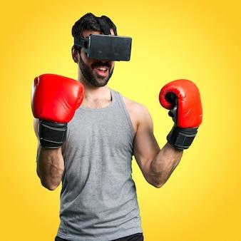 Sportman com luvas de boxe e óculos vr em fundo colorido