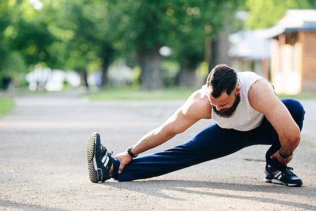 Sportsman aquecer antes de começar a correr