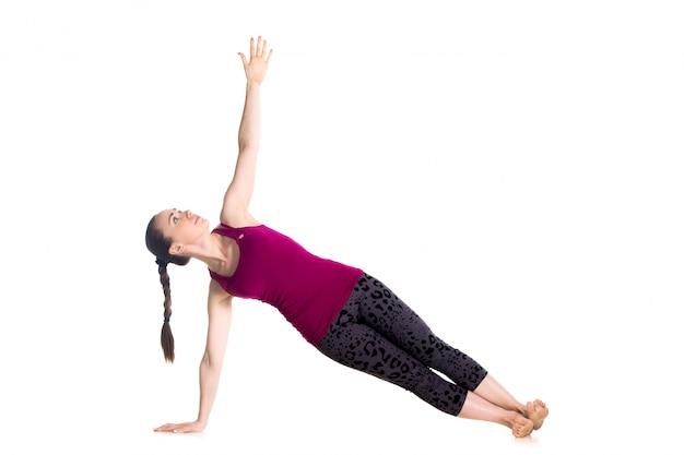 Sportswoman que mostra um exercício de equilíbrio