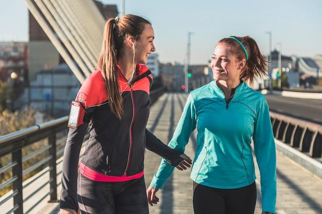 Sportswomen rindo juntos
