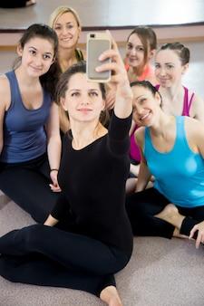 Sportwomen tirar uma foto