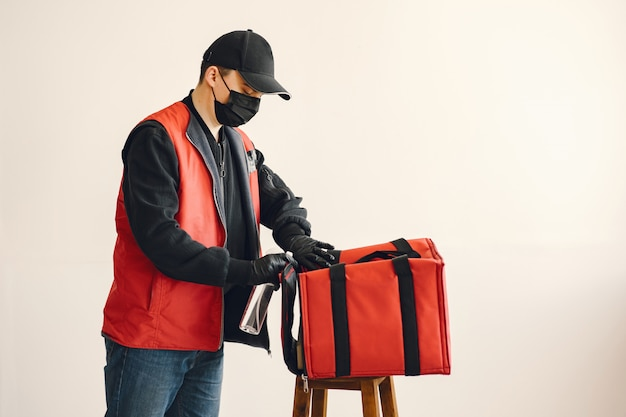 Spray de homem entrega desinfetante em uma caixa