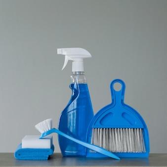 Spray detergente; escova de lavar louça; panos de poeira; esponja; colher e vassoura.