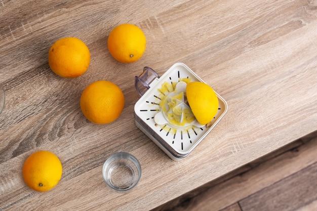 Squezeed laranjas na cozinha