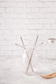 Sraws de metal reutilizáveis e escova de limpeza em um frasco