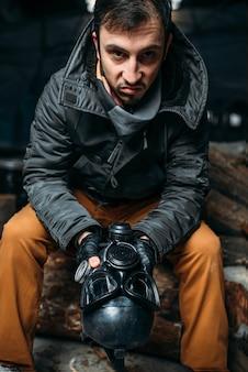 Stalker com máscara de gás, estilo de vida pós-apocalíptico