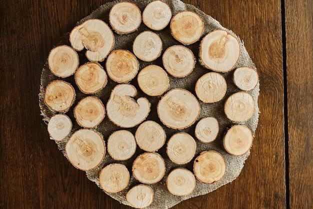 Stand feito de círculos de madeira em castanho