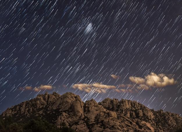Star trail em uma montanha de pedras de madrid, espanha