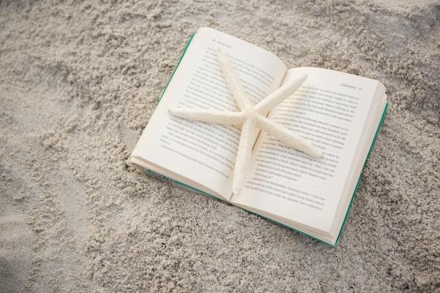Starfish mantido no livro aberto