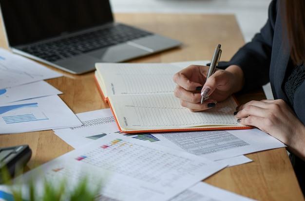 Start up business concepts novos executivos de geração estão tomando notas de trabalho.