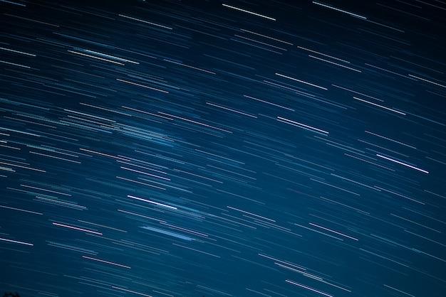 Startrails em um céu azul escuro à noite
