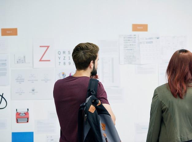Startup business people e workshop de apresentação do strategy board