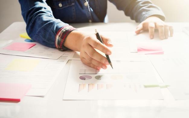 Startup mulher de negócios trabalhando com documentos empresariais.