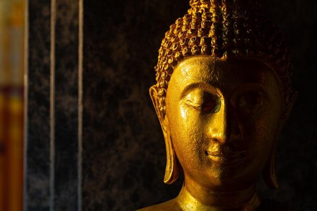 Status de buda tailandês no templo wat phrathat doi suthep