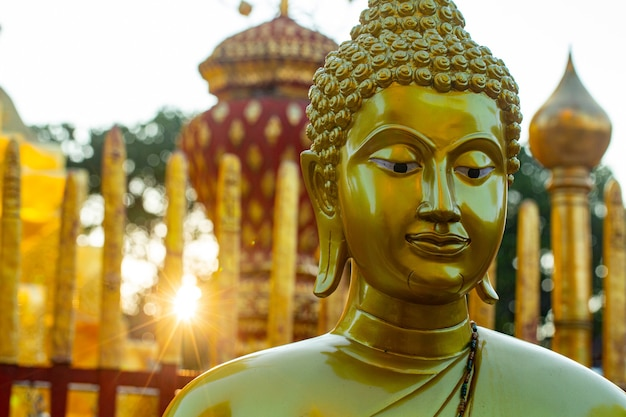 Status de limpeza do buda tailandês no templo wat phrathat doi suthep
