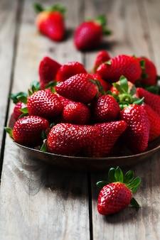 Stawberry fresco doce na mesa de madeira