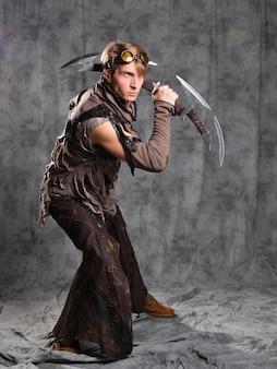 Steampunk ou personagem de estilo pós-apocalíptico com uma arma fria incomum