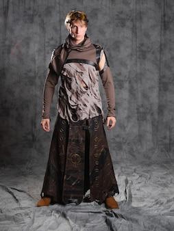 Steampunk ou personagem de estilo pós-apocalíptico, um jovem em um terno grunge.