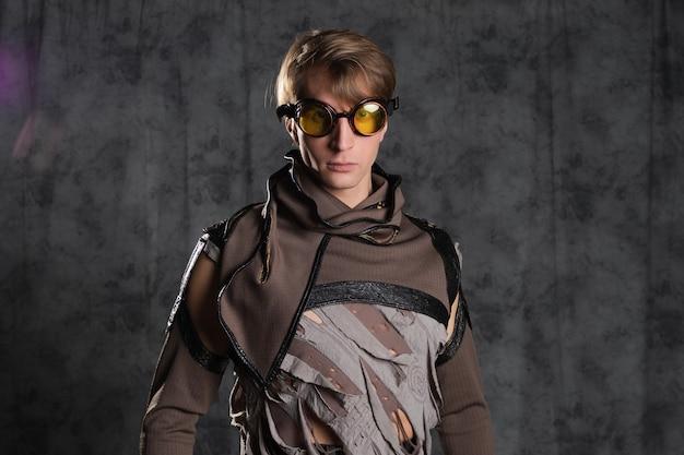 Steampunk ou personagem de estilo pós-apocalíptico um jovem em um terno grunge